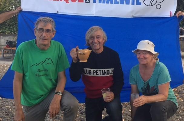 Dieter Hössli, Heinz Kriesi und Martha Mac Innes (v. l.) belegten die drei Medaillen-Ränge des diesjährigen Ricard-Cup.